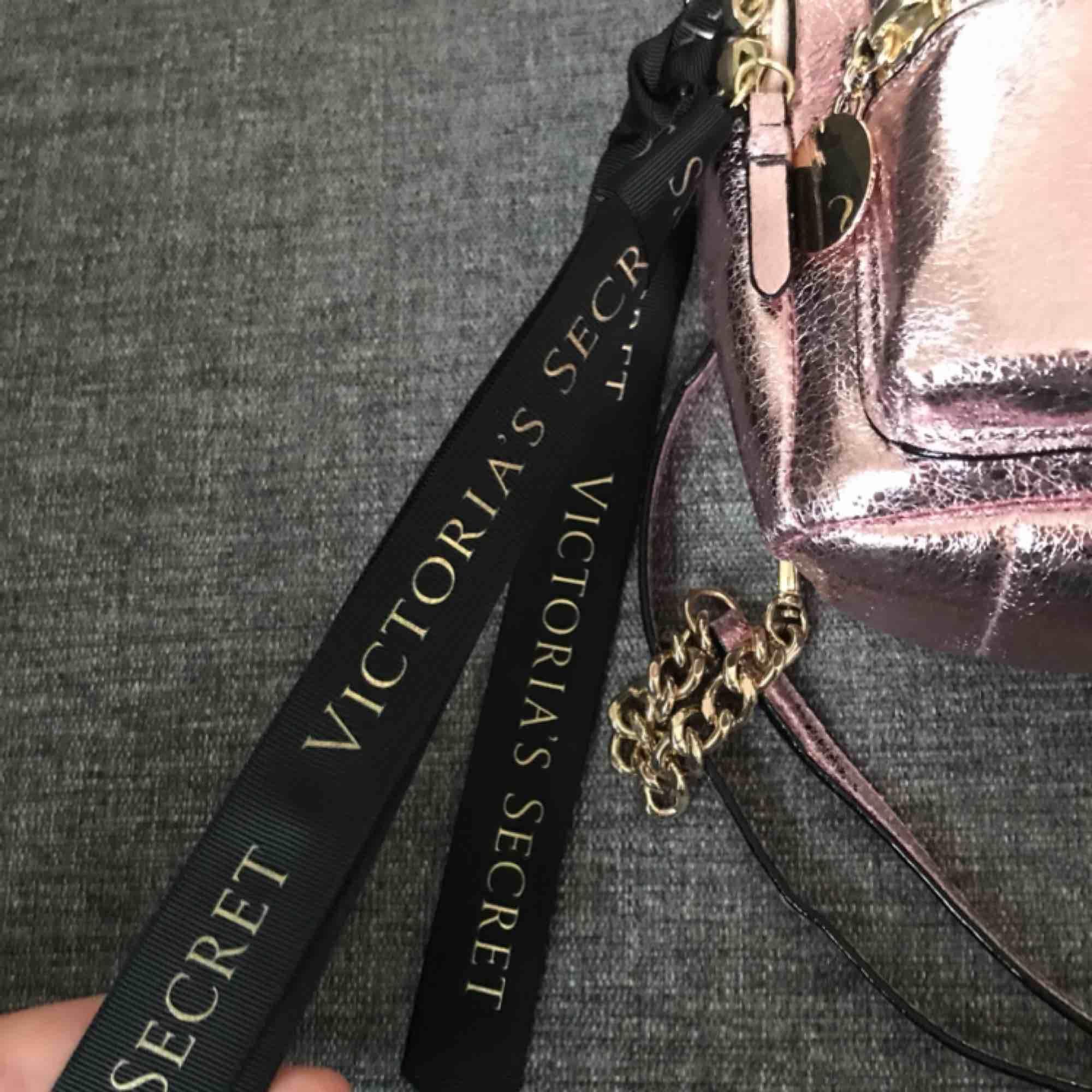 Liten victoria's secret ryggsäck, använd ett fåtal gånger. Banden går att justera.  Nypris: ca 500 kr  Färg: rosé med gulddetaljer Köpt: London . Väskor.