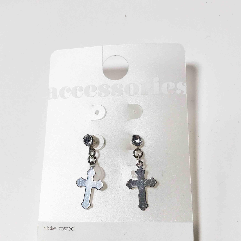 Superfina nickelfria örhängen som aldrig är använda. Frakt ingår i priset 🌹. Accessoarer.