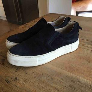 Mörkblå Mocka skor från footlight med tjock sula. Mockan är lite sliten men syns bara om man tittar nära, orginalpris 1400 kr