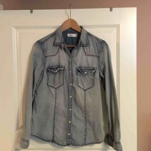 Jättesnygg jeansshorts som är en aning stor.   Superskönt material. Använd väldigt få gånger. Nypris ungefär 250kr.