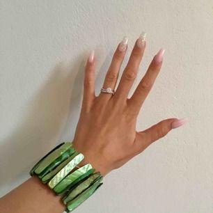 Superfint armband som är töjbart och sitter väldigt bekvämt. Köpte den för ungefär 100kr. Kan mötas i Stockholm. Skriv till mig om det är något du undrar över☀️