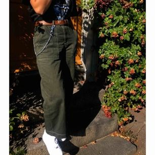 Säljer ett par byxor som jag köpte i sommars ifrån urban outfitters i Stockholm, ny pris var ca 600kr om jag minns rätt:) jag har storlek S och det passar mig bra. Finns i Falun men kan skickas mot fraktkostnad! Byxorna är i nu nyskick