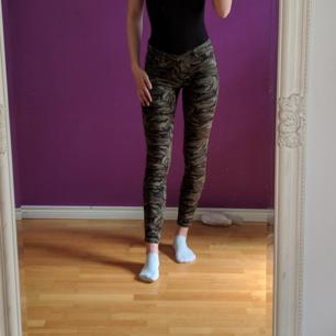 Mjuka och sköna Nina Carter camouflage Jeans.  Om de inte går att mötas upp står köparen för frakten