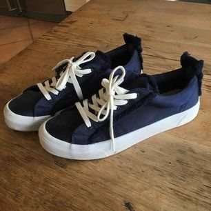 Sneakers i siden
