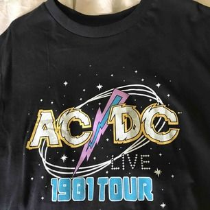 ⚡️Jättesnygg ACDC oversize tshirt från Pull&Bear⚡️Köpt för 280 kr. Aldrig använd. Frakt tillkommer med 20 kr. Betalning med swish