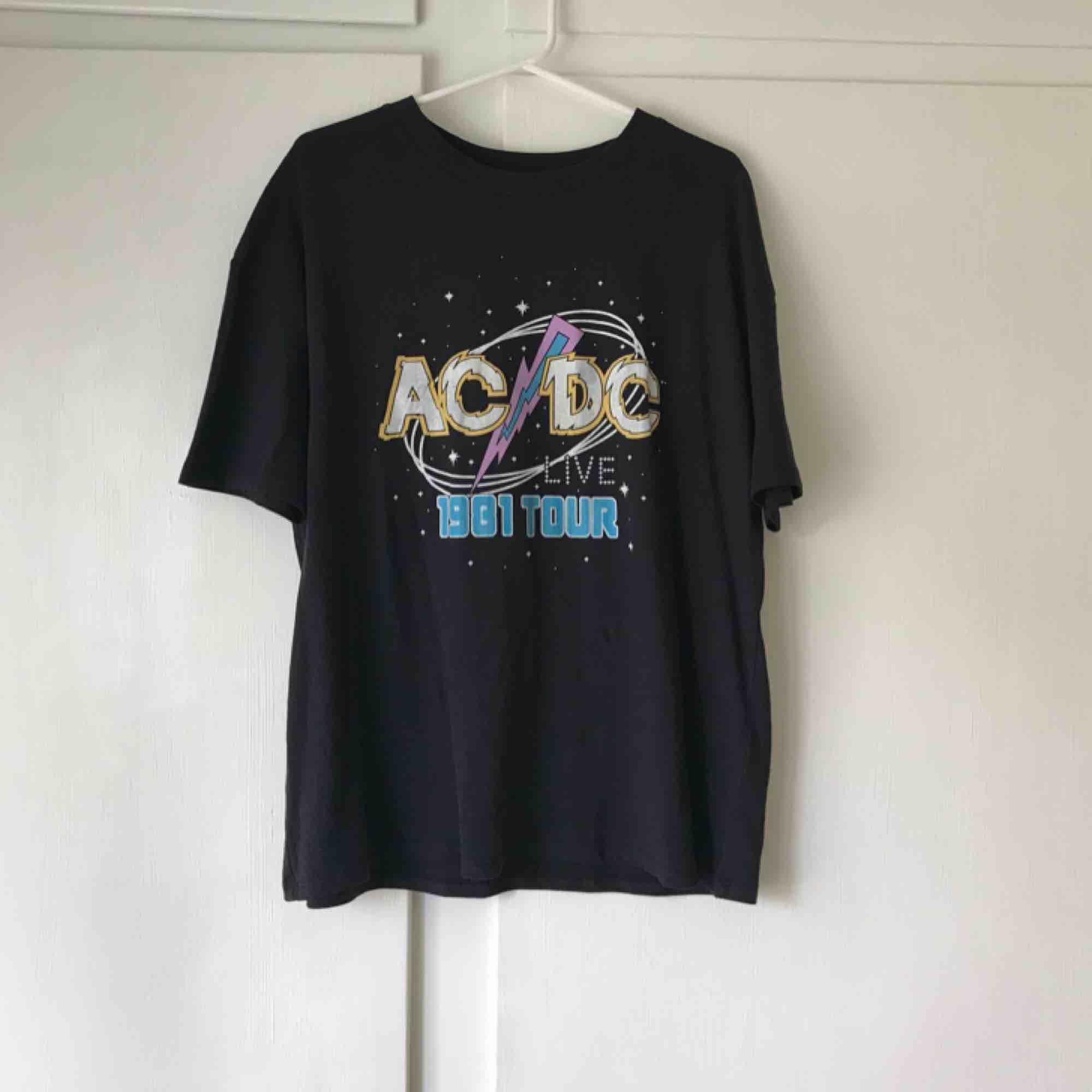 ⚡️Jättesnygg ACDC oversize tshirt från Pull&Bear⚡️Köpt för 280 kr. Aldrig använd. Frakt tillkommer med 20 kr. Betalning med swish. T-shirts.