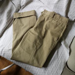 Så fina bekväma byxor, 100% bomull.  Två  stora fickor fram, en liten och en på baksidan. Perfekt för sommar då tyget inte blir speciellt varmt!  Älskar dem men de är lite för stora för mig, frakt 54kr.