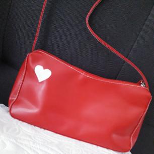 ♡Ovanlig 90's väska♡Köpt här på plick men inte kommit till användning, vilket den förtjänar! Perfekt skick☆ Enda detaljen är nge pyttesmå streckfläckar på baksidan längst ned på väskan(syns verkligen knappt!)-kolla bild 3. Lägg till 50:- för frakt
