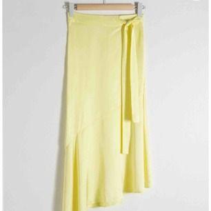 Helt ny midi kjol från & other stories i fin gul färg. Storlek 36 och kan justeras i midjan. 💛