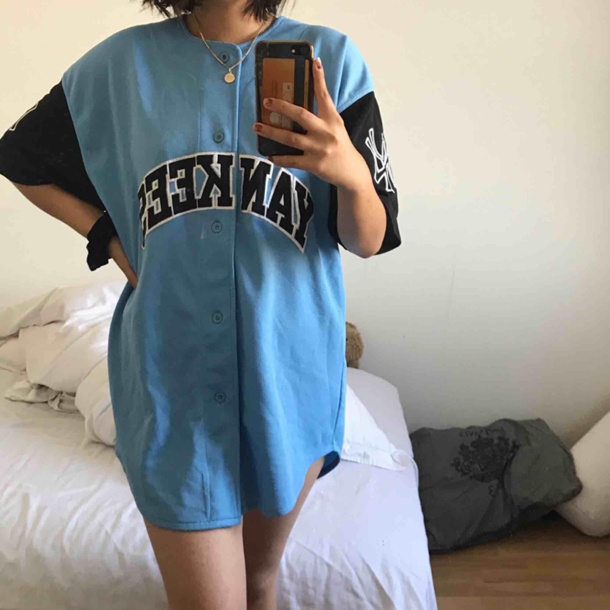 Vintage baseball jersey klänning köpt på second hand, kommer ej till användning därför säljer jag den. Använd max 10 gånger men är forfarande i bra skick. Frakt ingår ej 😇💕. Tröjor & Koftor.