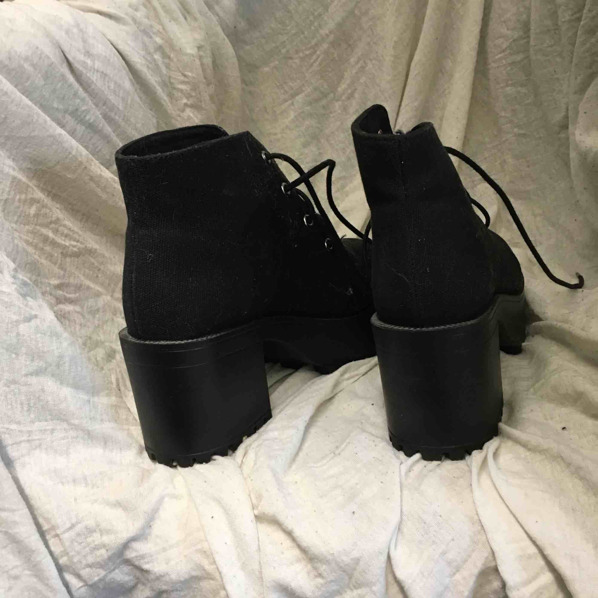 Chunky heels, använda 1 gång. Köpta på hm Frakt tillkommer. Skor.