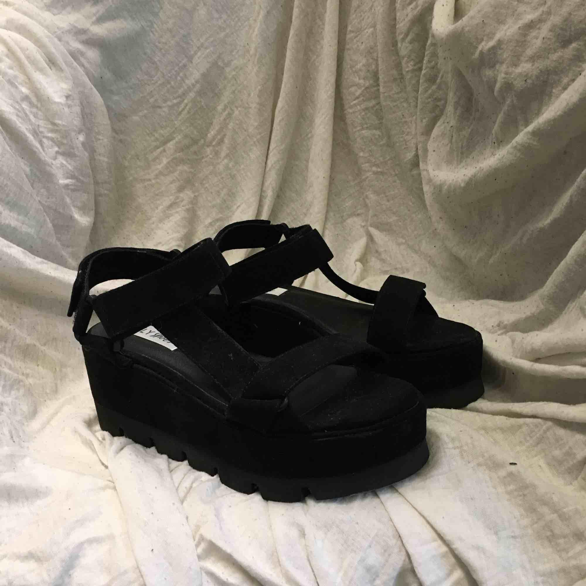 Nya sandaler med platå från Nelly. Sköna & snygga! Dock för små för mig. Frakt tillkommer. Skor.