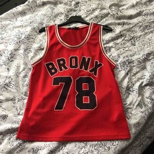 Säljer denna coola basket linnet från Bikbok! Aldrig använd. Nyköpt 300kr,  jag säljer den för 50kr. OBS-katt finns i hemmet
