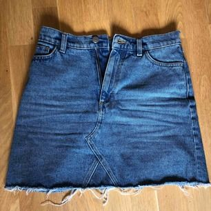 Jeans kjol. Stängs med dragkedja. Köpt förra sommaren. Enda felet är den delen som bältet ska vara i har lossnat på kanten. Som ni ser på bilden (går lätt att sy ihop, inte orkar bara) frakt 50kr🥰