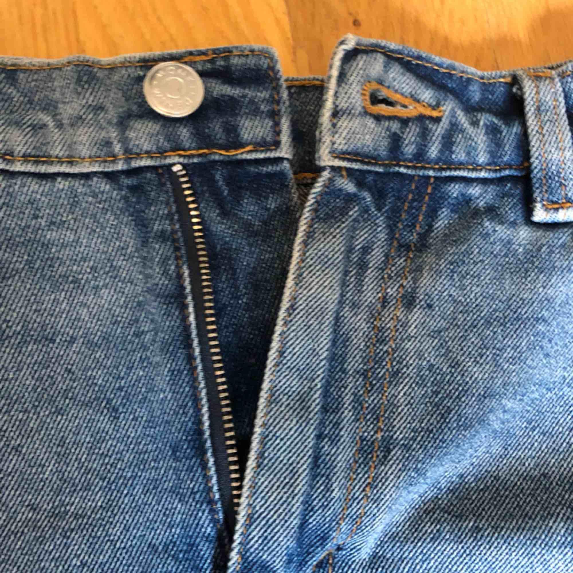 Jeans kjol. Stängs med dragkedja. Köpt förra sommaren. Enda felet är den delen som bältet ska vara i har lossnat på kanten. Som ni ser på bilden (går lätt att sy ihop, inte orkar bara) frakt 50kr🥰. Kjolar.