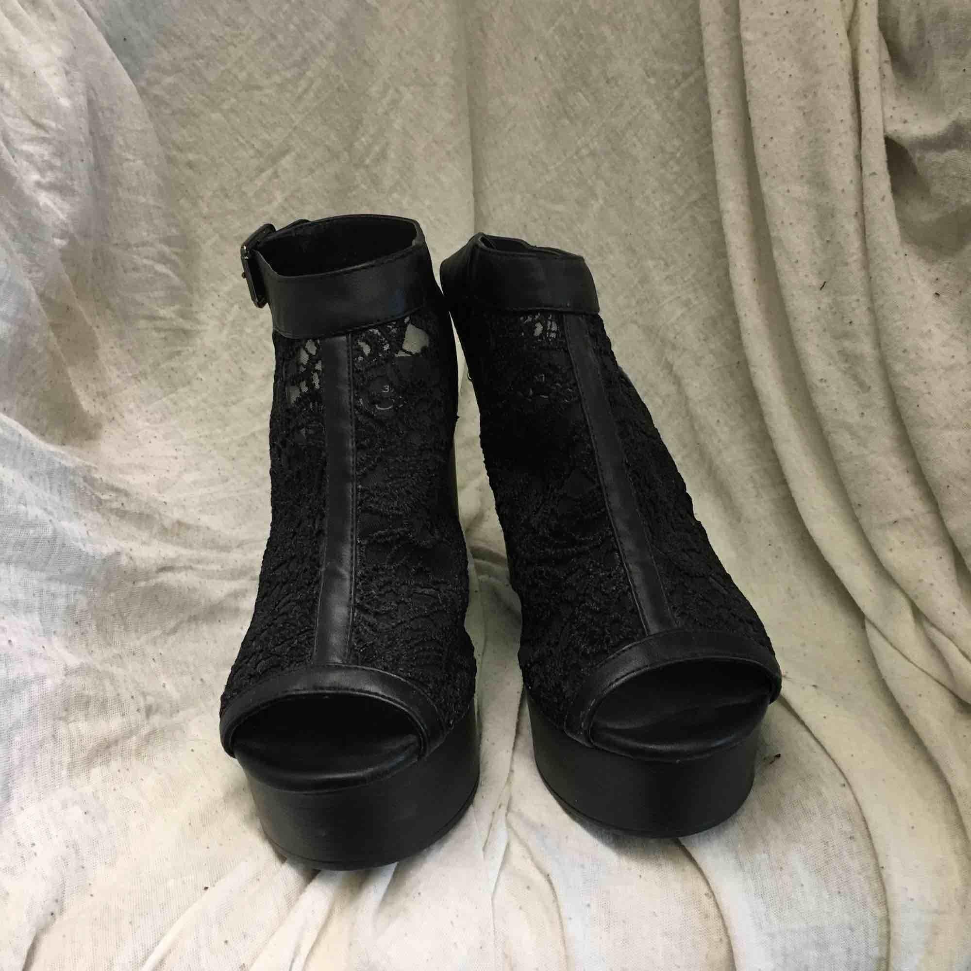 Snygga svarta chunky heels med ca 10cm klack och mesh i foten. Super sköna, använda en gång i barcelona. Frakt tillkommer. Skor.