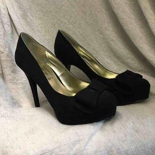 Super snygga heels från Neu Look, köpta i Dubai. Stor rosett fram på båda. Endast använda 1gång. Ca 13cm klack Frakt tillkommer