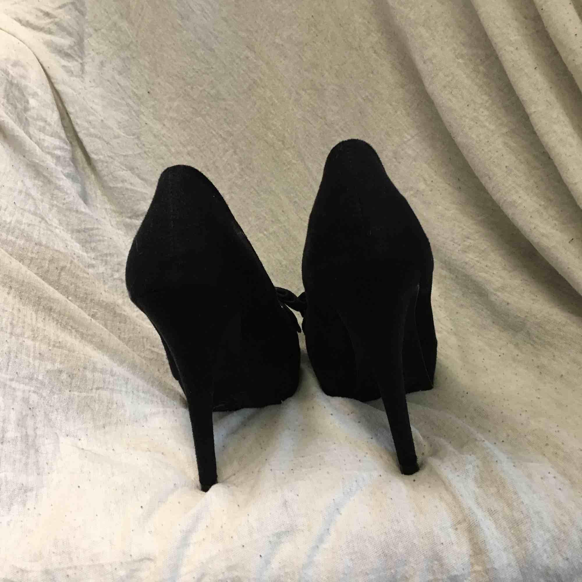 Super snygga heels från Neu Look, köpta i Dubai. Stor rosett fram på båda. Endast använda 1gång. Ca 13cm klack Frakt tillkommer. Skor.