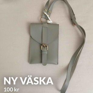 Liten axelremväska i nytt skick. 100 kr inklusive frakt!  Väskan är liten, man får plats med t.ex. nycklar och mobil. Jag packar den så fort som möjligt. Vid inköp av flera grejer blir det rabatt.