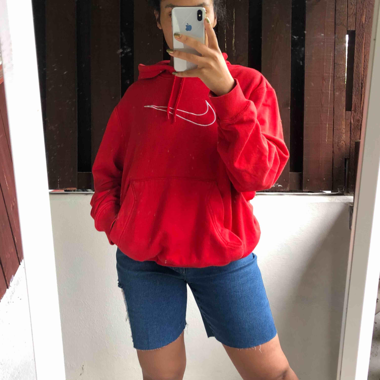 Röd Nike hoodie☀️ köparen står för frakten. Huvtröjor & Träningströjor.