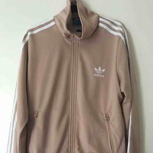 Zip hoodie från Adidas med tryck på ryggen. Bra skick.  Priset kan diskuteras. Köparen står för frakten.