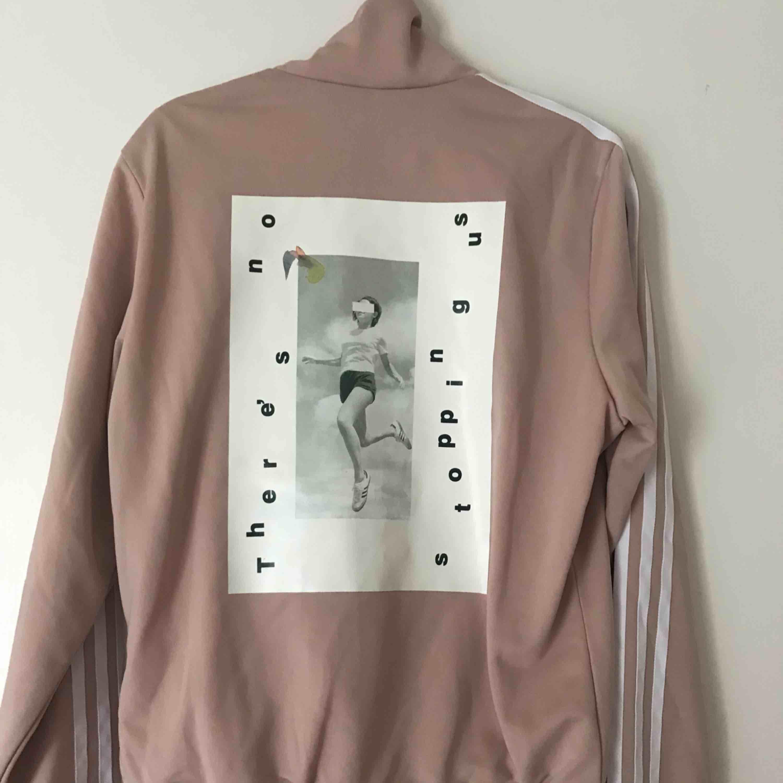 Zip hoodie från Adidas med tryck på ryggen. Bra skick.  Priset kan diskuteras. Köparen står för frakten. . Huvtröjor & Träningströjor.