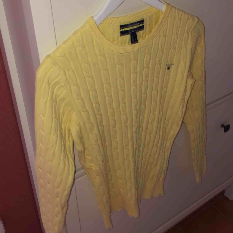 Superfin ljusgul tröja från Gant. Använt väldigt få gånger så är i bra skick. Storlek S. Stickat.