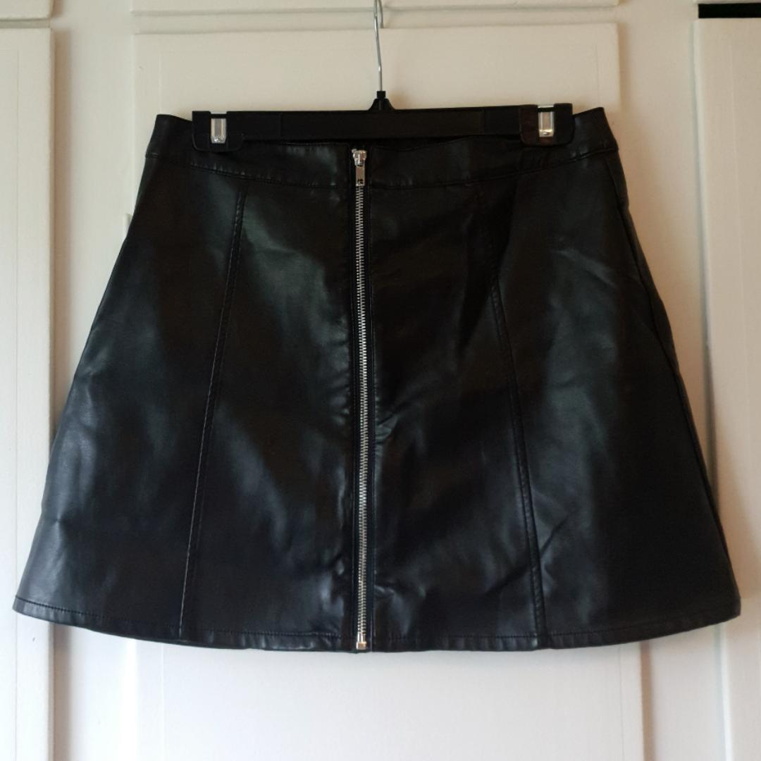Skinn/läder (ej äkta) kjol från H&M 💕 Avklippta lappar men är själv en 40 och den passar mig 🤗  Använd 1 gång . Kjolar.
