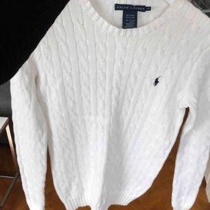 Vit kabelstickad tröja från Ralph Lauren. Använd 1 gång. Storlek S