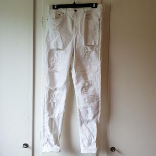 Vita jeans, använda EN gång så dem är som nya 😍 Tyvärr klipper jag alltid bort lappar men tror dem är från Gina Tricot.