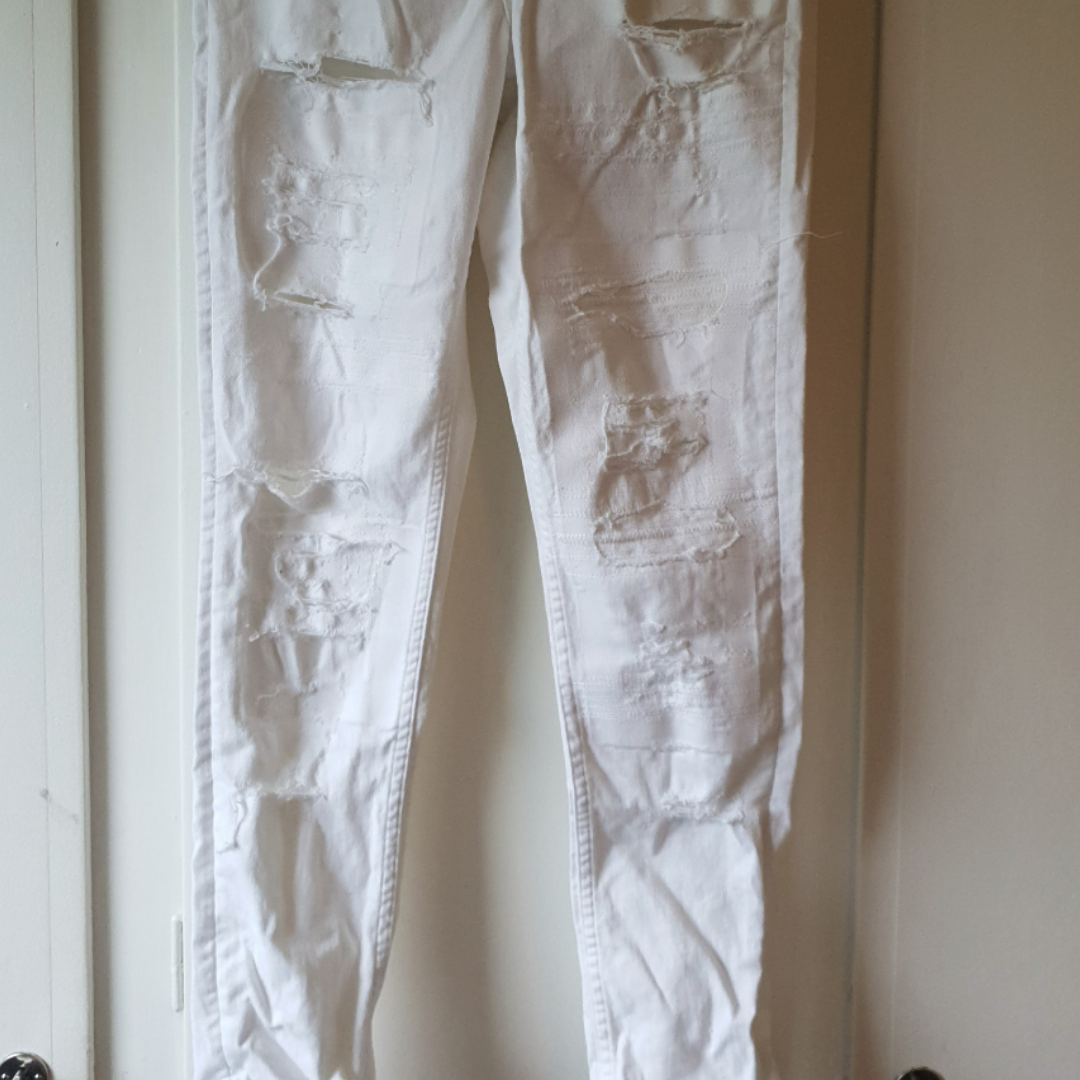 Vita jeans, använda EN gång så dem är som nya 😍 Tyvärr klipper jag alltid bort lappar men tror dem är från Gina Tricot. . Jeans & Byxor.