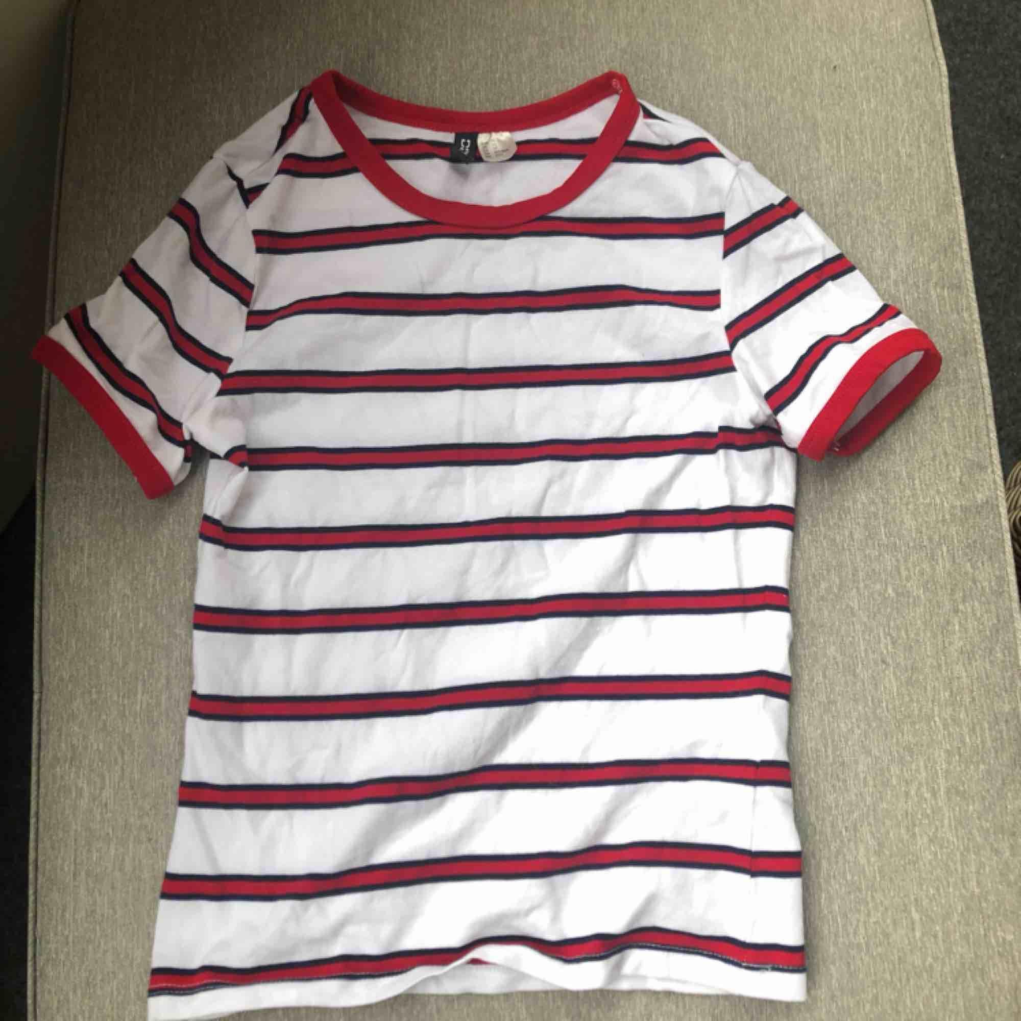 En söt tröja från H&M<3 Vit med röda ränder o blått runt ränderna haha, använd en enda gång! Inget fel på den men kommer inte till användning❤️ GRATIS FRAKT!. T-shirts.