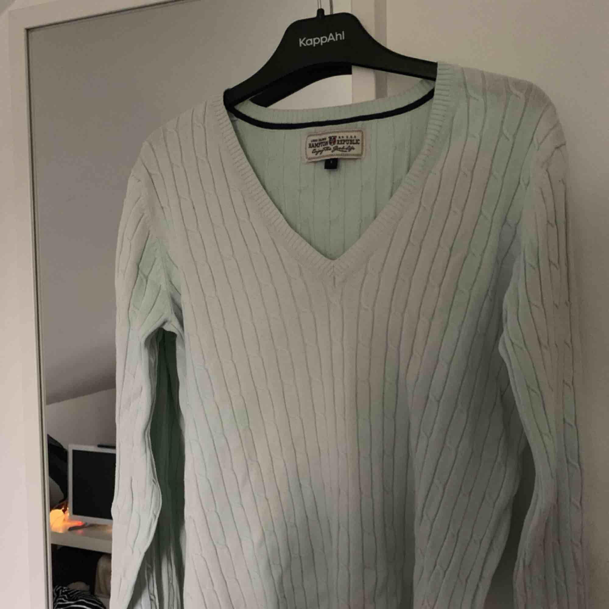 Turkos tröja i snygg V-ringning. Som vanligt står köpare för frakt annars kan jag mötas upp i Uppsala☺️. Tröjor & Koftor.
