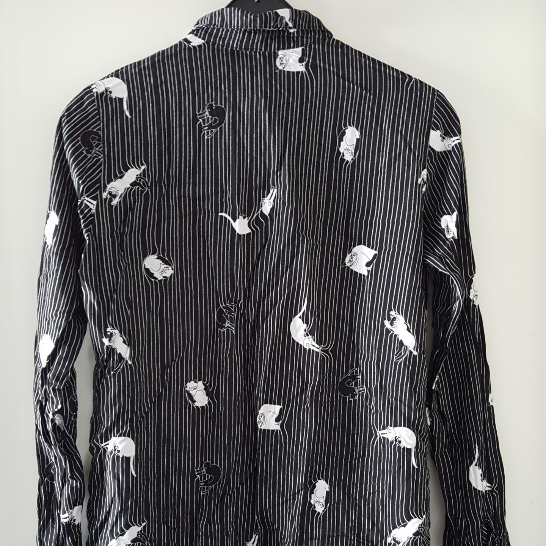 Svart skjorta med katter på i jättefint skick. Storlek XS men tror den passar S med. Kan skickas om köparen står för frakten som blir 36kr.. Övrigt.