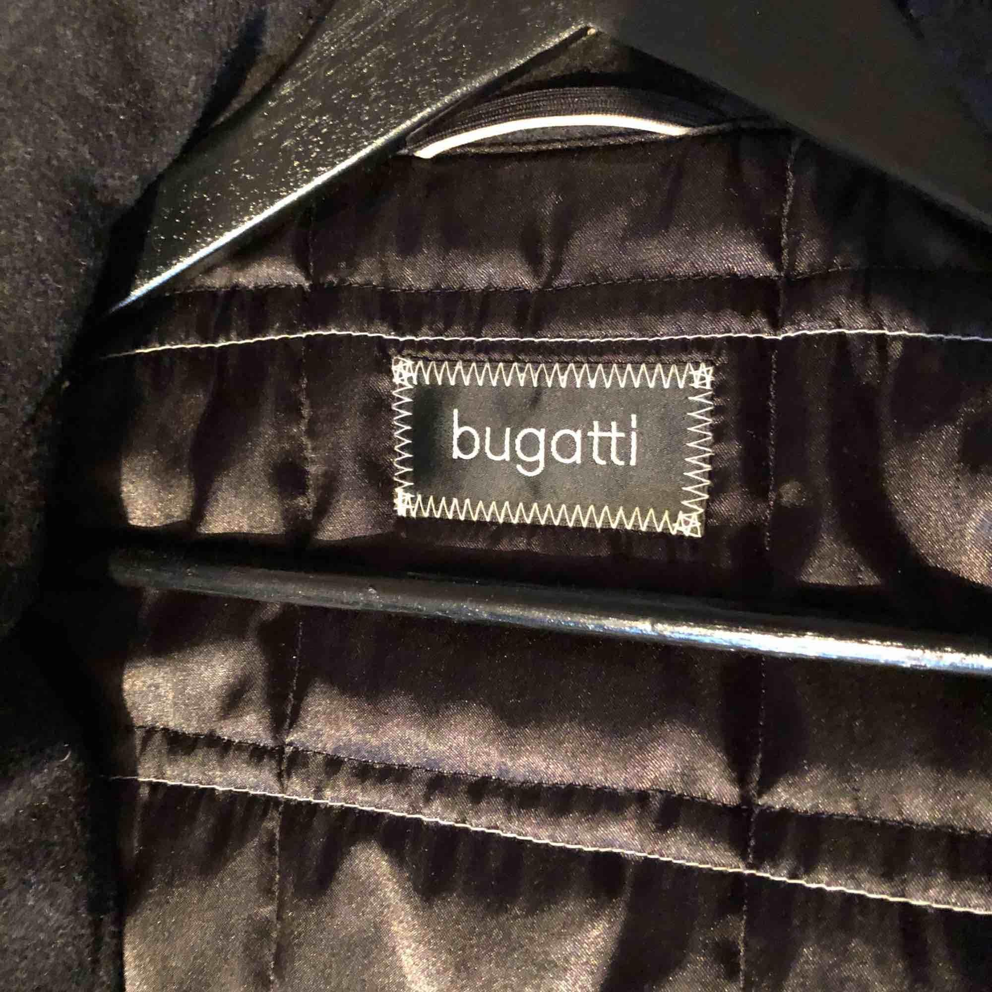 Säljer min Bugatti jacka från 80-talet för 1200kr! Ett riktigt kap då dessa på nypris ligger på ca 4000kr. Hör av er vid intresse.. Jackor.