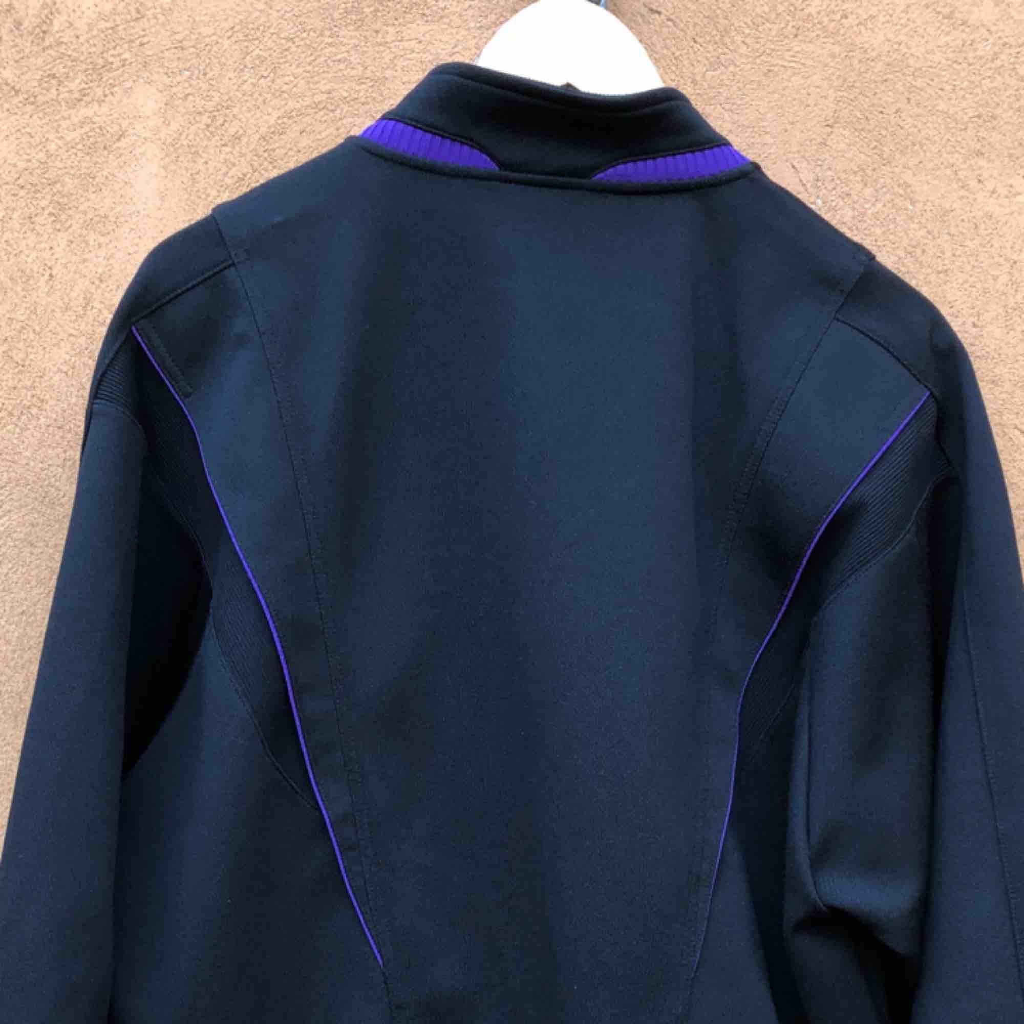 Tung jacka från det Japanska märket Mizuno. Bra skick. Kan hämtas i Uppsala eller skickas mot fraktkostnad . Huvtröjor & Träningströjor.
