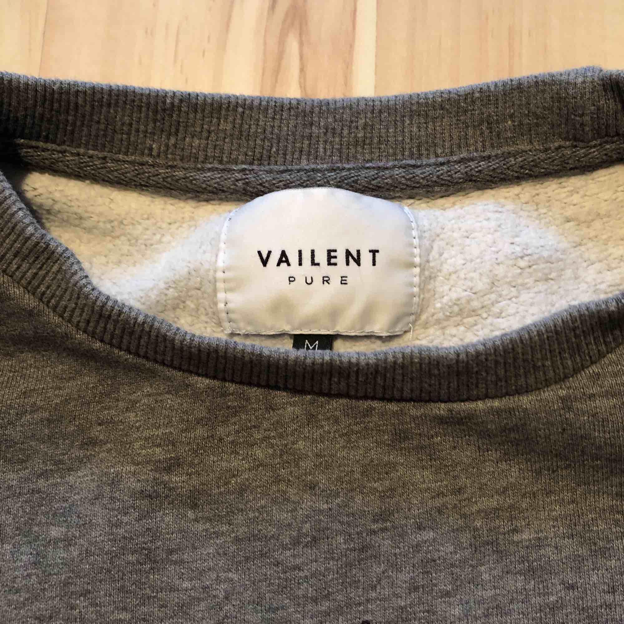 Säljer min Vailent hoodie från Carlings. Inköpt förra året. Knappt använd. Nypris 799:-. Tröjor & Koftor.