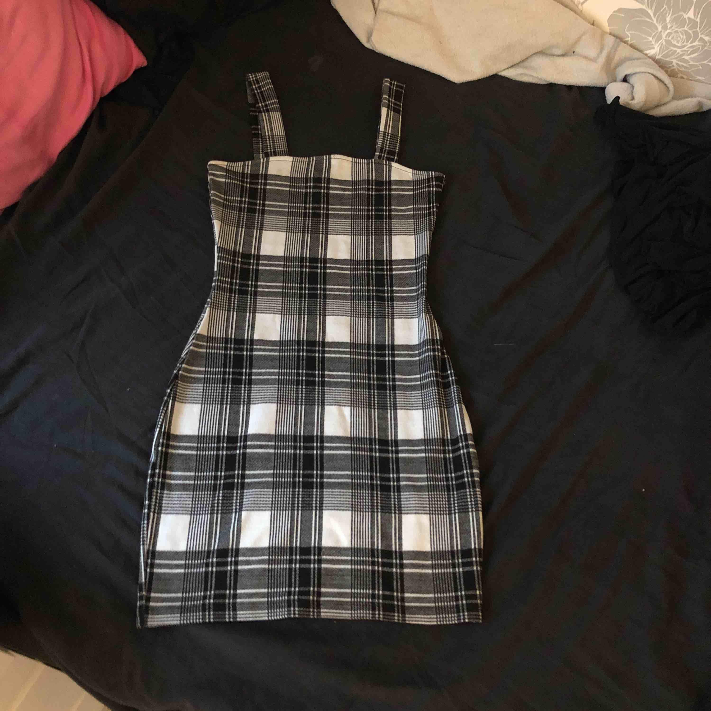 En klänning från hm. Nypris 250. Säljer den pågrund av att jag inte använder den. Köparen står för frakt, skriv för mer info. (Kan även mötas i gbg). Klänningar.