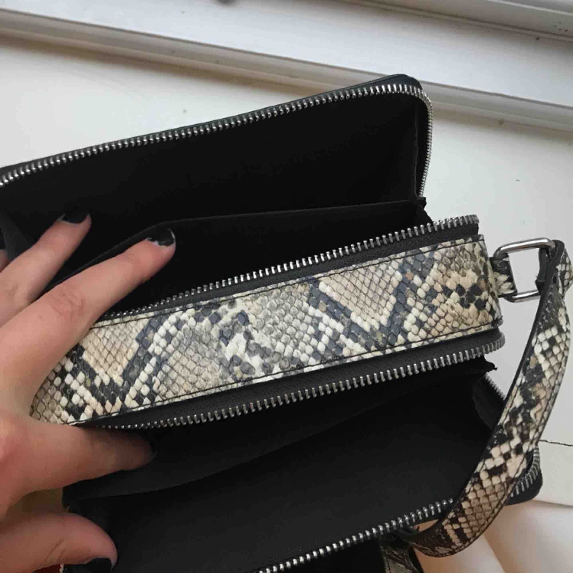 Superfin liten handväska/axelbandsväska i snakepattern (vilket är fett hett ;),) som ny! Väskan är hård och därför väldigt rymlig med justeringsbart axelband.. Väskor.