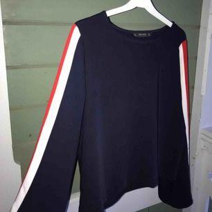 Marinblå blus med rödvita ränder på långa ärmar från Zara. Som ny.