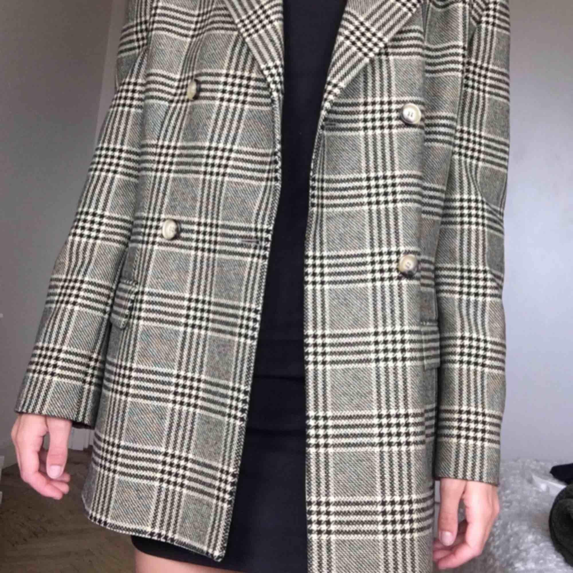 Jättefin rutig Armani kavaj! Köpt second hand men har själv aldrig använt den! 79kr frakt! . Kostymer.