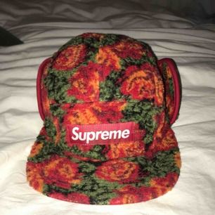 """Säljer min fina Supreme """"Roses Sherpa Fleece Earflap Camp Cap"""". Köpt i LA butik 2016 men i nyskick. Riktigt varm och charmig."""