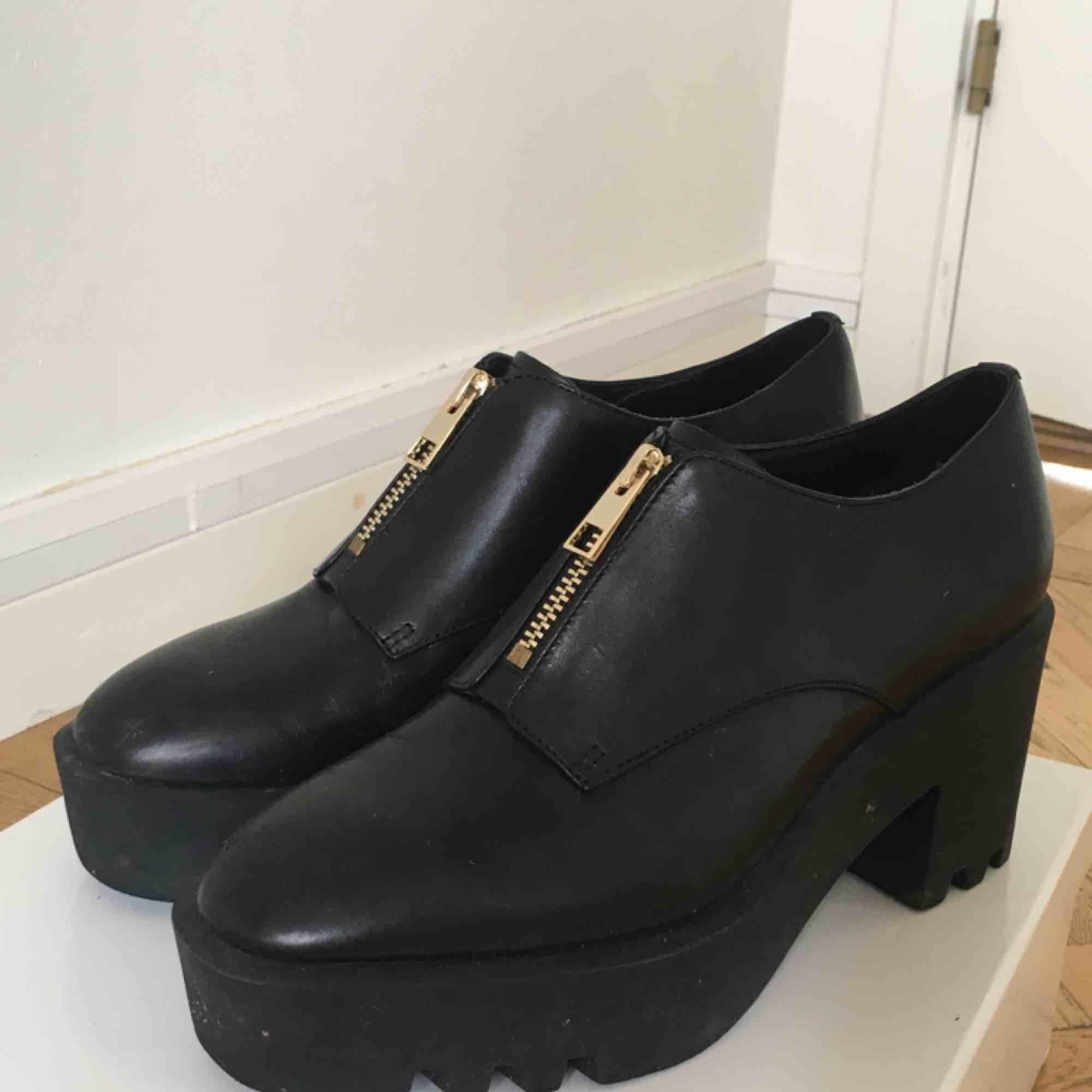 Helt nya skor från &Otherstories! Superfina med tjock klack och dragkedja framtill. Dom är 8 cm höga! Upphämtning eller tillkommande frakt!   Obs! Dom ser skitiga ut i kameran. . Skor.