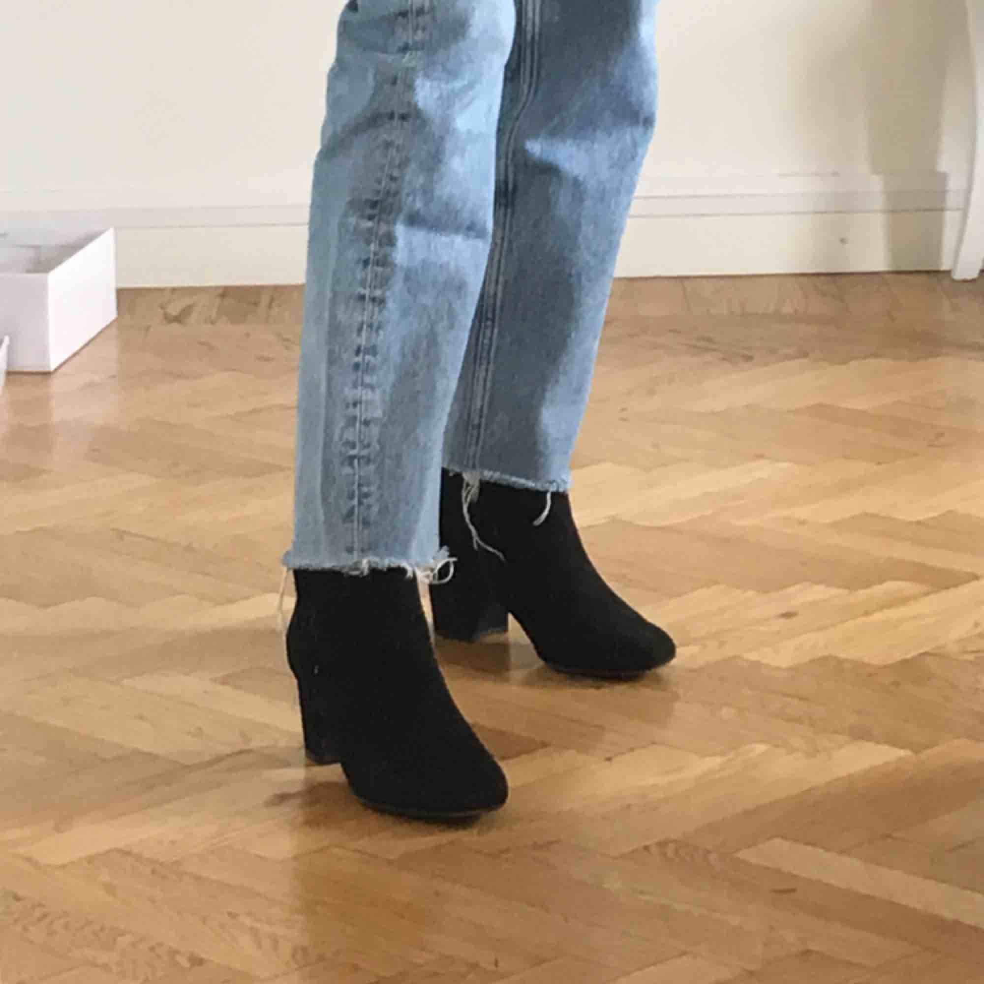 Svarta boots från Dorothy Perkins. Använt ett fåtal gånger, supersköna. Frakt tillkommer om inte upphämtning!   Obs! Dom ser skitiga ut i kameran. . Skor.