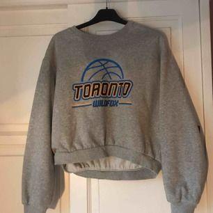 """Sweatshirt från hm, den är i large men passar mig som har xs. Den är lite """"urtvättad"""" inuti."""