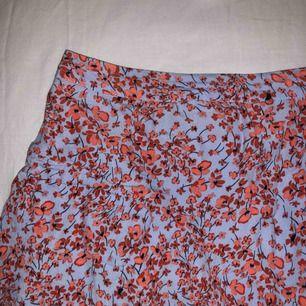 En otroligt söt kjol med gulligt mönster ifrån Hm i storlek 38! Köptes förra sommaren men har bara använts några få gånger vilket är synd.  Kjolen går ut lite och har små volanger längst ner.