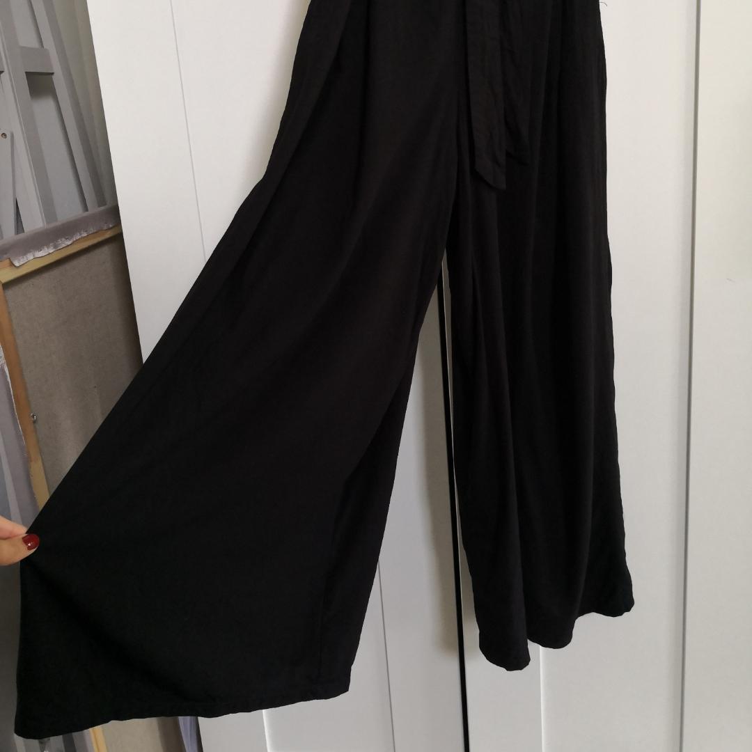 svart jumpsuit från monki med vida ben och ärmar. ett tillhörande skärp att knyta i midjan ingår. använd ca 3 ggr, säljes då den är något för liten för mig. fint skick bortsett från att en dold knapp fattas, detta syns dock inte alls. skriv till mig vid frågor! . Övrigt.
