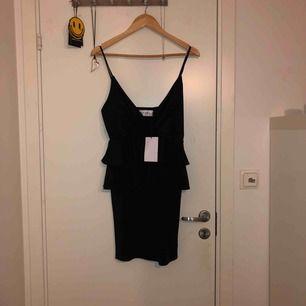 Superfin little black dress från Ivyrevel! Köpt på zalando men aldrig använd, endast testad. Den är ganska stor i storleken samt stretchig. Köparen står för frakt, möts upp längst roslagsbanan eller i centrala stockholm!