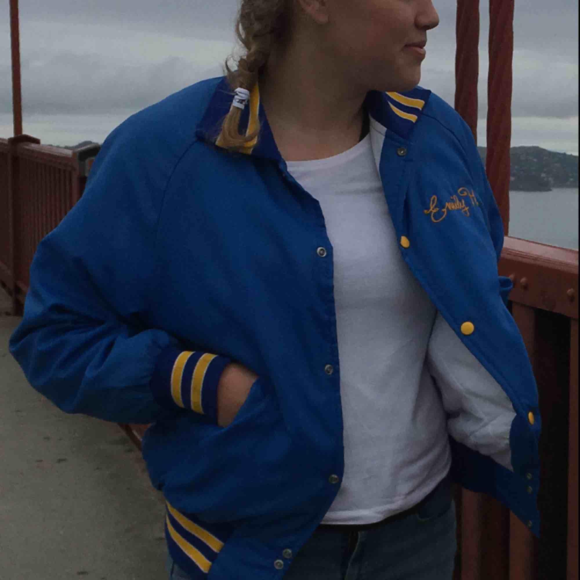 Vintage Amerikansk High School jacka för troligtvis sportlag med namnet Emily H. på bröstet. Köpt på vintage butik på Venice Beach. Storlek small men mer som medium. Fin kvalité, bomberjacka fit.. Jackor.