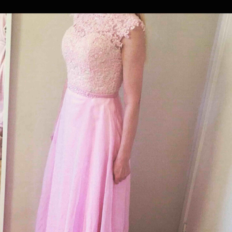 Balklänning storlek 34. Oanvänd med lappar kvar. . Klänningar.